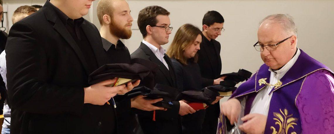 Svečana Večernja, blagoslov kolar kušulja te klanjanje pred Presvetim uoči kandidature zagrebačkih bogoslova